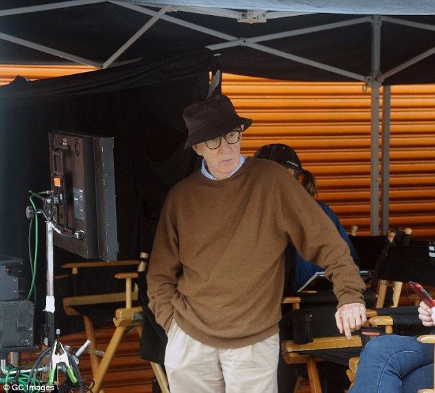 3999684e00000578-3862460-hard_at_work_woody_allen_was_also_spotted_trying_to_keep_dry_and-a-123_1477154472756